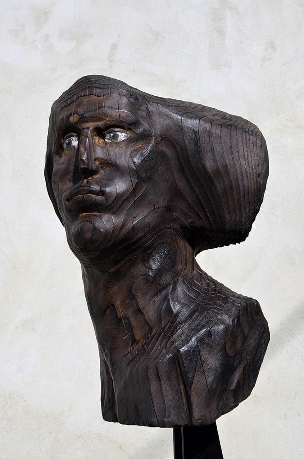 """"""" Black Head"""", Série Occulta Cutis, bois de cèdre, feu, cire, 63 x 32 x 28 cm, 2018 - Pièce unique"""